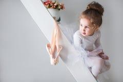Λίγο όμορφο κορίτσι και pointe παπούτσια στοκ φωτογραφία