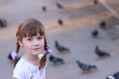 Λίγο όμορφο κορίτσι με τα χαμόγελα πλεξίδων στοκ εικόνες με δικαίωμα ελεύθερης χρήσης