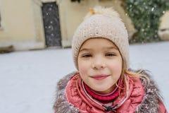 Λίγο όμορφο κορίτσι περπατά σε Wawel, Κρακοβία Στοκ εικόνα με δικαίωμα ελεύθερης χρήσης