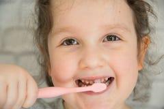 Λίγο όμορφο κορίτσι που καθαρίζει τα δόντια στοκ φωτογραφία με δικαίωμα ελεύθερης χρήσης