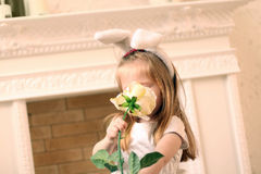 Λίγο όμορφο κορίτσι στα άσπρα αυτιά φορεμάτων και λαγουδάκι Στοκ Εικόνα