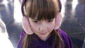 Λίγο όμορφο κορίτσι χαμογελά κοντά στην πηγή οδών φιλμ μικρού μήκους