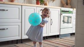 Λίγο όμορφο κοριτσάκι στέκεται στην κουζίνα και προσπαθεί να χορεψει απόθεμα βίντεο