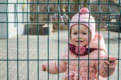 Λίγο όμορφο μωρό κοριτσιών που φωνάζει με τα δάκρυα στα μάτια του και λυπημένες, λυπημένες συγκινήσεις που διακόπτονται ως τιμωρί Στοκ φωτογραφία με δικαίωμα ελεύθερης χρήσης