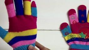 Λίγο ύφασμα φορά γάντια φιλμ μικρού μήκους