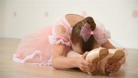 Λίγο ballerina κάνει το τέντωμα φιλμ μικρού μήκους