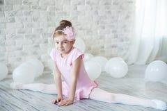 Λίγο ballerina σε ένα στούντιο Στοκ Φωτογραφία