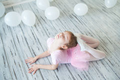 Λίγο ballerina σε ένα στούντιο Στοκ φωτογραφίες με δικαίωμα ελεύθερης χρήσης