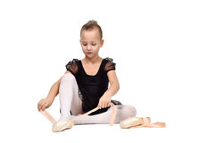 Λίγο ballerina φορά τα παπούτσια μπαλέτου Στοκ εικόνες με δικαίωμα ελεύθερης χρήσης