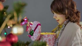Λίγο brunette χριστουγεννιάτικο δώρο και χαμόγελο κοριτσιών ανοίγοντας, θαύμα και μαγικός απόθεμα βίντεο