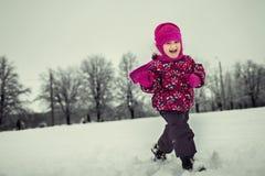 Λίγο chil που παίζει στο χειμερινό δάσος στοκ φωτογραφίες με δικαίωμα ελεύθερης χρήσης