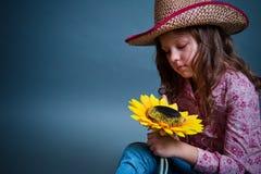 Λίγο cowgirl με έναν ηλίανθο Στοκ εικόνες με δικαίωμα ελεύθερης χρήσης