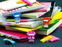 Λίγο Origami Ninjas που βοηθά την εργασία σας για το γραφείο σας όταν εσείς AR Στοκ εικόνα με δικαίωμα ελεύθερης χρήσης