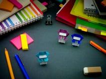 Λίγο Origami Ninjas που βοηθά την εργασία σας για το γραφείο σας όταν εσείς AR Στοκ φωτογραφίες με δικαίωμα ελεύθερης χρήσης