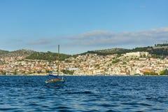 Λίγο sailboat που πλέει τη θάλασσα μπροστά από την πόλη Sibenik Στοκ φωτογραφία με δικαίωμα ελεύθερης χρήσης