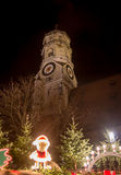 Λίγο Santa και η μεσαιωνική εκκλησία στοκ φωτογραφίες