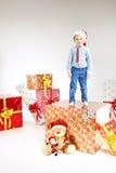 Λίγο santa που στέκεται στο δώρο Στοκ φωτογραφίες με δικαίωμα ελεύθερης χρήσης