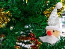 Λίγο santa στο χριστουγεννιάτικο δέντρο Στοκ Φωτογραφία