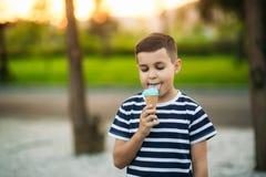 Λίγο stripper η μπλούζα τρώει το μπλε παγωτό Στοκ εικόνες με δικαίωμα ελεύθερης χρήσης