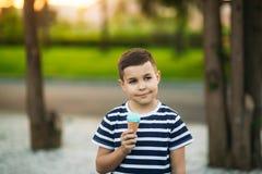 Λίγο stripper η μπλούζα τρώει το μπλε παγωτό Στοκ φωτογραφία με δικαίωμα ελεύθερης χρήσης