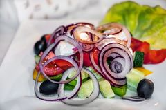 Λίγων θερμίδων σαλάτα της μοτσαρέλας, των λαχανικών, των κρεμμυδιών και των ελιών στον πίνακα στον καφέ Λίγων θερμίδων διατροφή τ Στοκ εικόνες με δικαίωμα ελεύθερης χρήσης