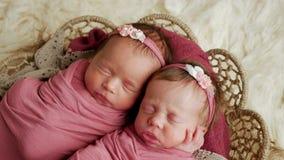 Λίκνισμα των δύο κοριτσιών διδύμων φιλμ μικρού μήκους