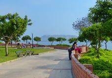 Λίμα, Περού, πάρκο στην περιοχή Miraflores με την άποψη παράλια Ειρηνικού στοκ εικόνα