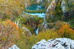 Λίμνες Plitvice με τα όμορφα χρώματα και τις θαυμάσιες απόψεις του θορίου Στοκ Εικόνες
