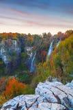Λίμνες Plitvice με τα όμορφα χρώματα και τις θαυμάσιες απόψεις του θορίου Στοκ εικόνες με δικαίωμα ελεύθερης χρήσης