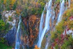 Λίμνες Plitvice με τα όμορφα χρώματα και τις θαυμάσιες απόψεις του θορίου Στοκ Φωτογραφία