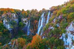 Λίμνες Plitvice με τα όμορφα χρώματα και τις θαυμάσιες απόψεις του θορίου Στοκ εικόνα με δικαίωμα ελεύθερης χρήσης