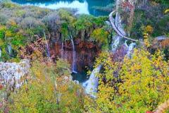 Λίμνες Plitvice με τα όμορφα χρώματα και τις θαυμάσιες απόψεις του θορίου Στοκ Εικόνα