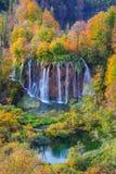 Λίμνες Plitvice με τα όμορφα χρώματα και τις θαυμάσιες απόψεις του θορίου Στοκ Φωτογραφίες