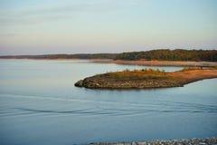 Λίμνη, δάσος και νησί Στοκ Εικόνες