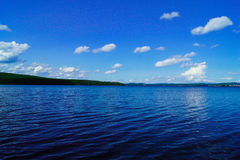 Λίμνη ή θάλασσα και σαφής ουρανός Στοκ εικόνα με δικαίωμα ελεύθερης χρήσης