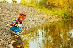 λίμνη αγοριών πλησίον Στοκ Φωτογραφίες