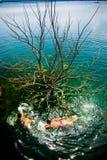 λίμνη αγοριών που κολυμπά δύο Στοκ φωτογραφία με δικαίωμα ελεύθερης χρήσης