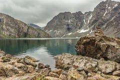 Λίμνη ΑΛΑ-Kol με τους βράχους Στοκ φωτογραφίες με δικαίωμα ελεύθερης χρήσης