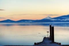 Λίμνη αντιπροσωπείας στο πρόωρο φως αυγής Στοκ Εικόνες
