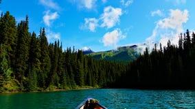 Λίμνη από το κανό στοκ φωτογραφίες
