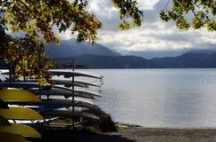 Λίμνη, βουνά, καγιάκ και κουπιά του Annecy Στοκ εικόνα με δικαίωμα ελεύθερης χρήσης