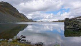 Λίμνη βουνών και αντανάκλαση του λίθου και των περιβαλλουσών αιχμών Στοκ Εικόνες
