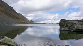 Λίμνη βουνών και αντανάκλαση του λίθου και των περιβαλλουσών αιχμών Στοκ φωτογραφία με δικαίωμα ελεύθερης χρήσης