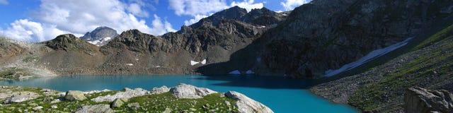 Λίμνη βουνών κοντά στην κορυφογραμμή της Sofia, Arkhyz, Ρωσία Στοκ Φωτογραφίες