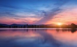 Λίμνη βουνών με την ανατολή του φεγγαριού τη νύχτα επιτραπέζια χρήση φωτογραφιών νύχτας τοπίων εγκαταστάσεων εικόνας ανασκόπησης  Στοκ Φωτογραφία