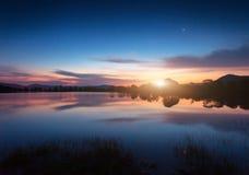 Λίμνη βουνών με την ανατολή του φεγγαριού τη νύχτα επιτραπέζια χρήση φωτογραφιών νύχτας τοπίων εγκαταστάσεων εικόνας ανασκόπησης  Στοκ φωτογραφία με δικαίωμα ελεύθερης χρήσης
