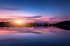 Λίμνη βουνών με την ανατολή του φεγγαριού τη νύχτα επιτραπέζια χρήση φωτογραφιών νύχτας τοπίων εγκαταστάσεων εικόνας ανασκόπησης  Στοκ φωτογραφίες με δικαίωμα ελεύθερης χρήσης