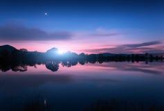 Λίμνη βουνών με την ανατολή του φεγγαριού τη νύχτα επιτραπέζια χρήση φωτογραφιών νύχτας τοπίων εγκαταστάσεων εικόνας ανασκόπησης  Στοκ εικόνες με δικαίωμα ελεύθερης χρήσης