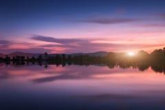 Λίμνη βουνών με την ανατολή του φεγγαριού τη νύχτα επιτραπέζια χρήση φωτογραφιών νύχτας τοπίων εγκαταστάσεων εικόνας ανασκόπησης  Στοκ Εικόνα