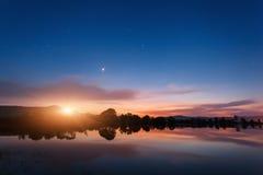 Λίμνη βουνών με την ανατολή του φεγγαριού τη νύχτα επιτραπέζια χρήση φωτογραφιών νύχτας τοπίων εγκαταστάσεων εικόνας ανασκόπησης  Στοκ Εικόνες